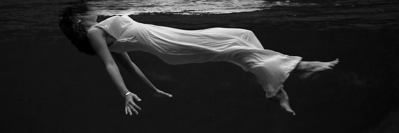 قالب زیبای زن غرق شده